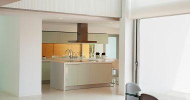 cozinha branca e aberta